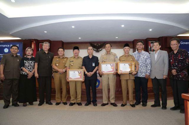 Bupati Pringsewu H. Sujadi Terima Penghargaan Governance Award 2020